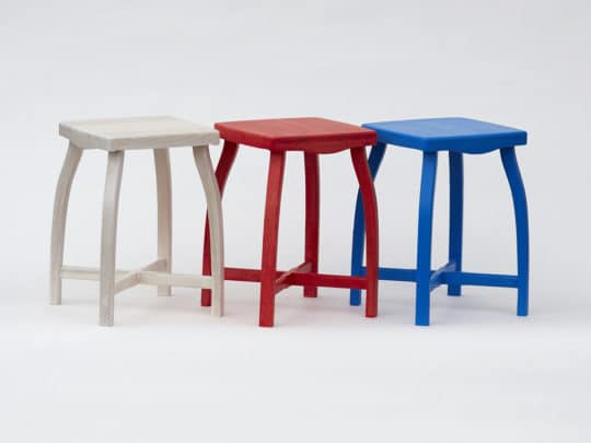 Stylová dřevěná stolička vyrobená z borového dřeva ve třech různých barevných variantách