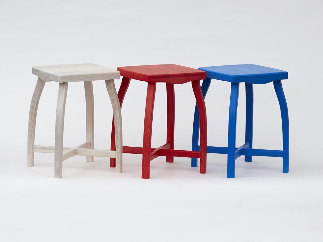 Stylová dřevěná stolička ve třech různých barevných provedeních