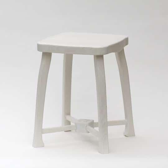 Bíle barvená dřevěná stolička