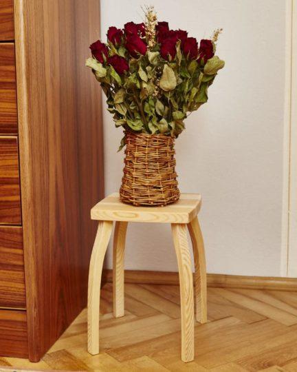 Dřevěná stolička s kyticí suchých růží