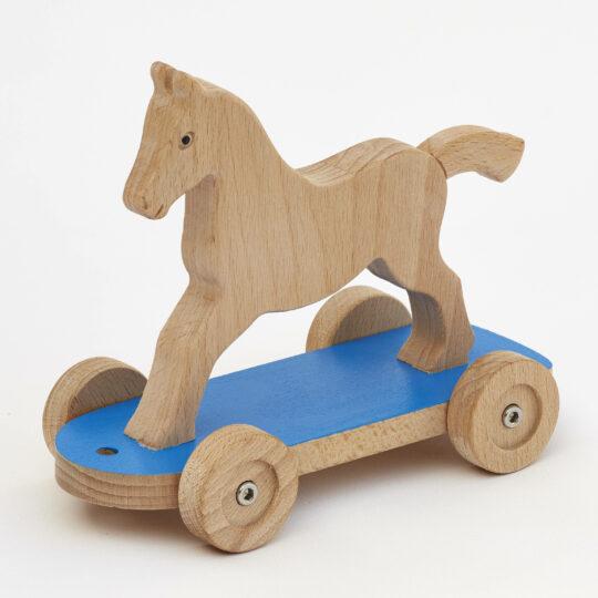 Tahací koník na podvozku s modrou deskou s kolečky